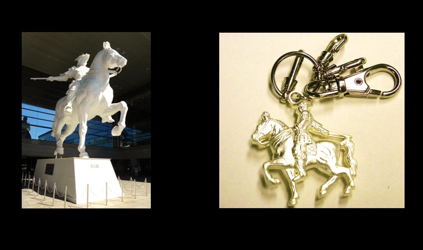 騎馬像とキーホルダーの写真