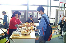 学生がパンを渡している写真