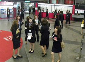 スーツ姿の学生の写真