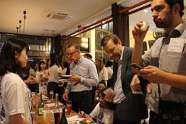 外国人が日本酒を飲む写真
