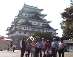 名古屋城をバックにした集合写真