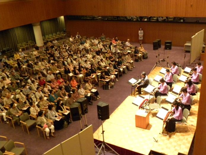 大正琴コンサートの会場内の写真